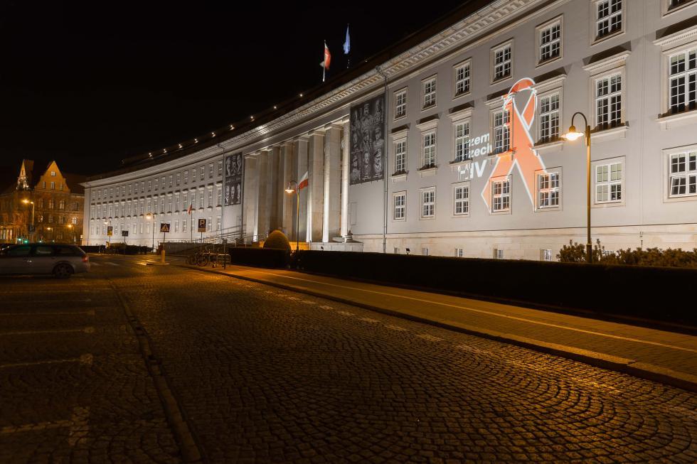 W pandemii COVID-19 nie zapominajmy oHIV - czerwone kokardy na ulicach Wrocławia